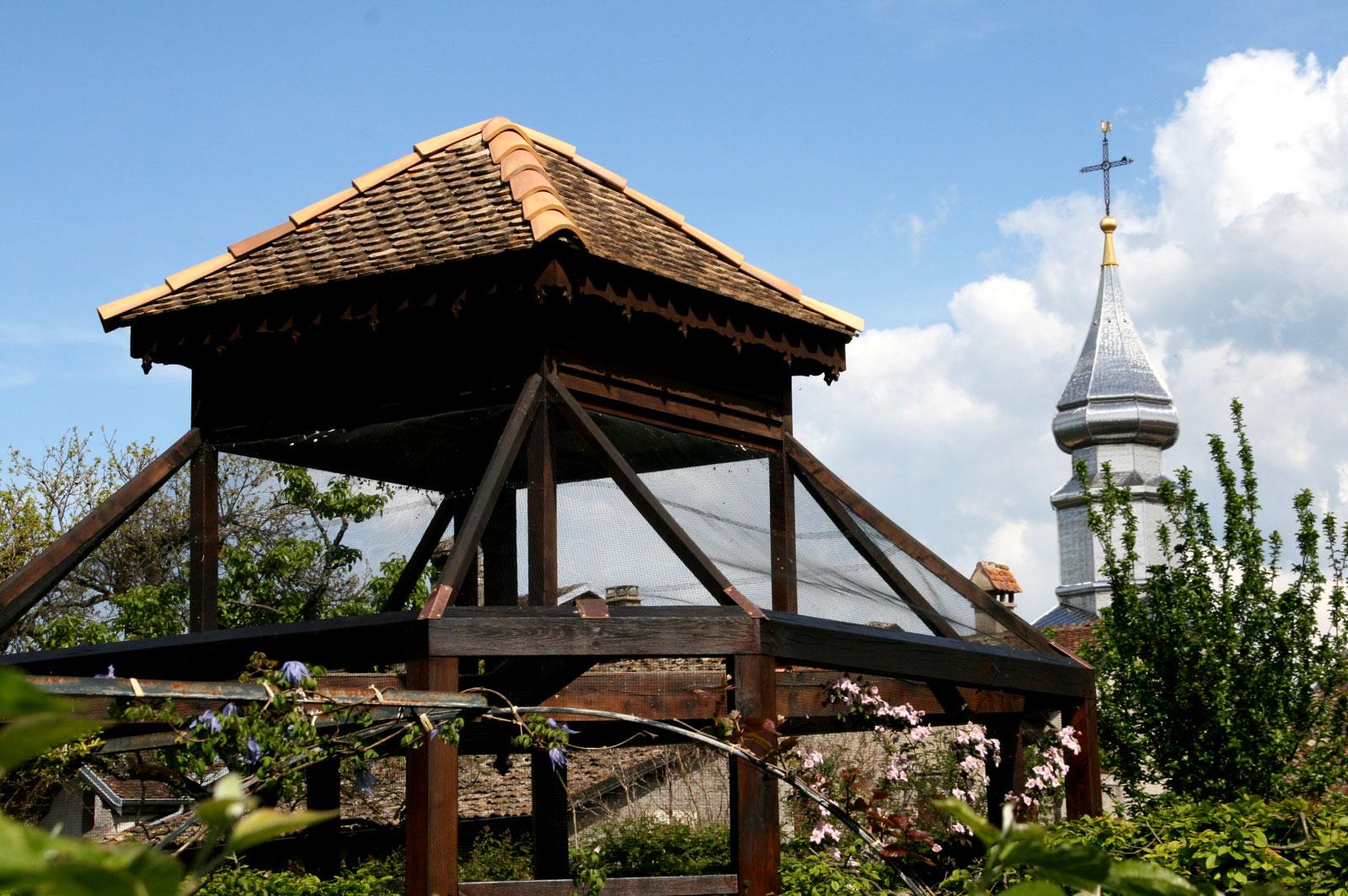 L'église d'Yvoire depuis le Jardin des 5 Sens.