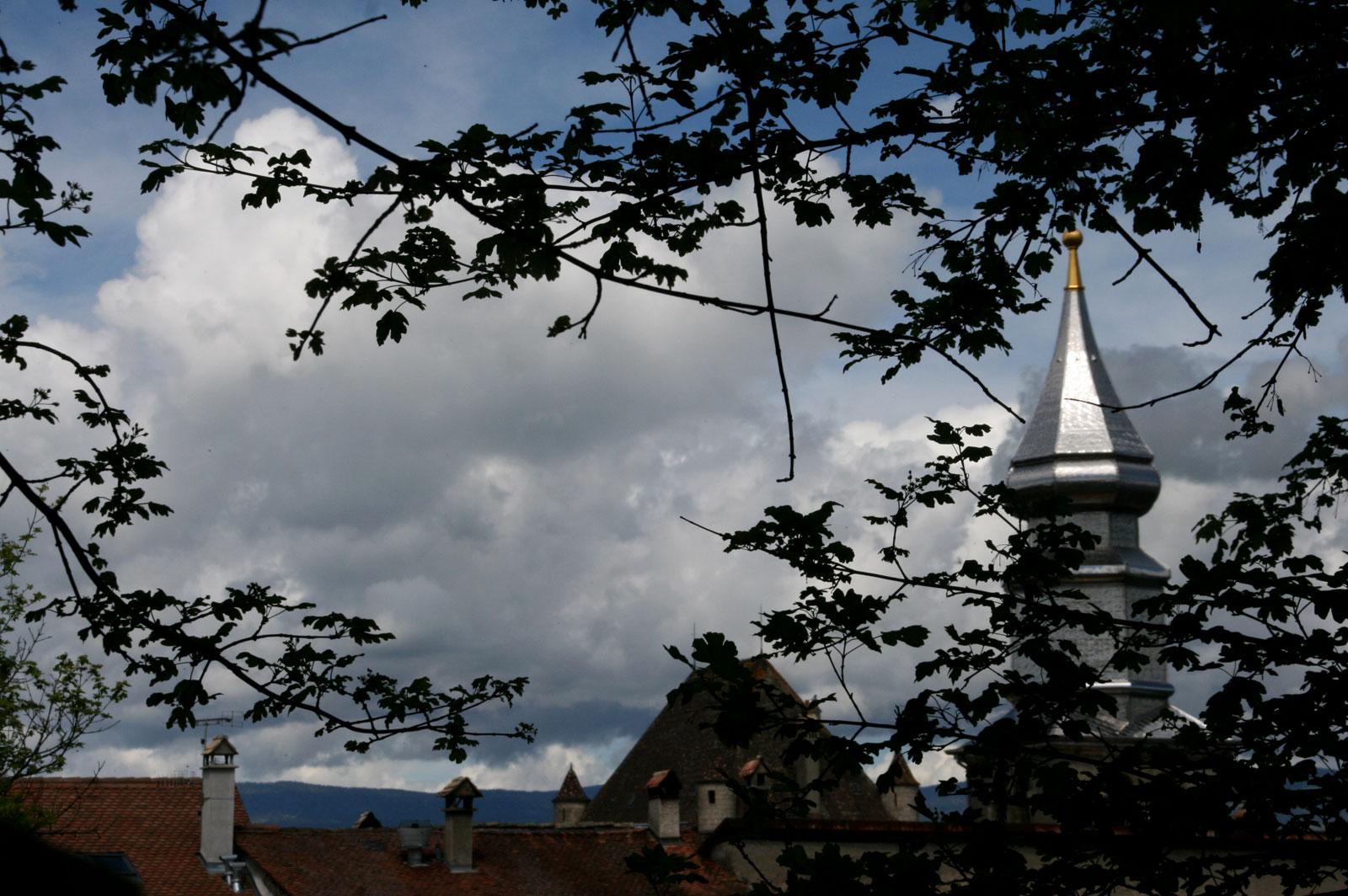 Le clocher d'Yvoire par dessus les toits