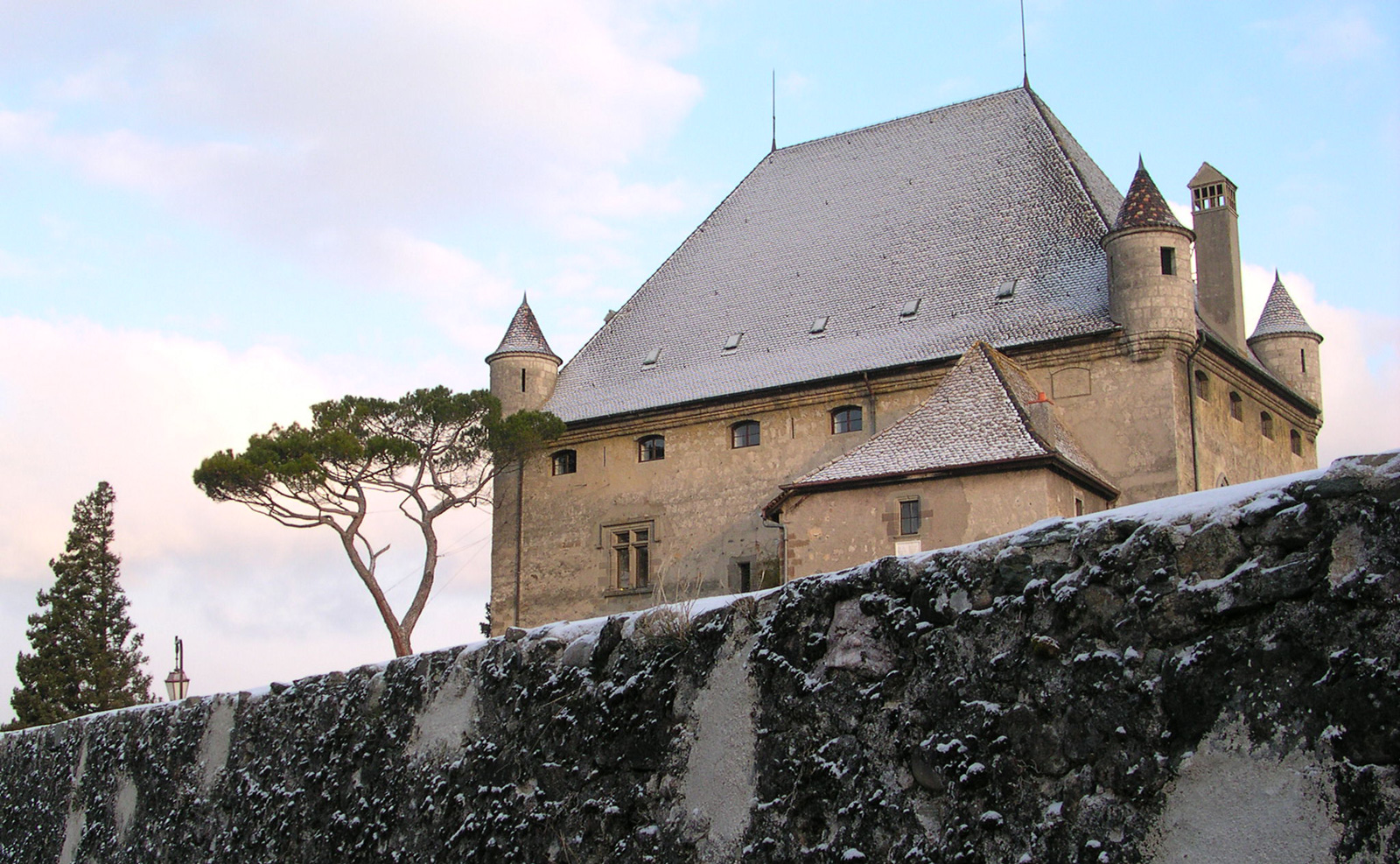 Château d'Yvoire sous la neige en hiver