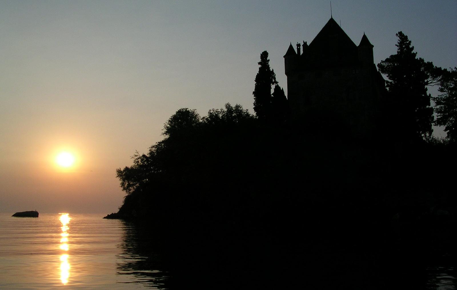 Château d'Yvoire lors du lever de soleil sur le Lac Léman