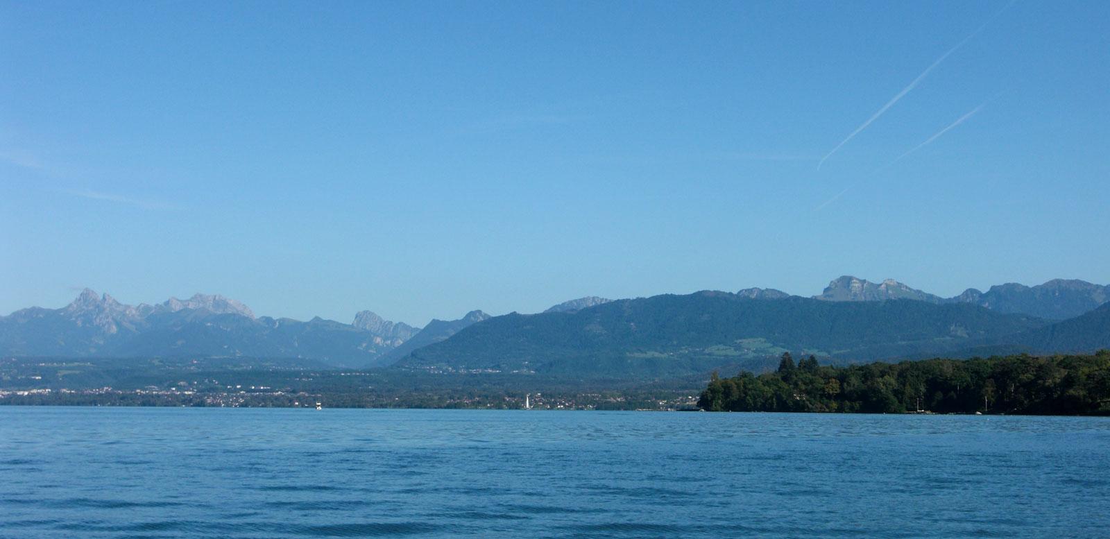 Le Lac Léman et les Alpes.