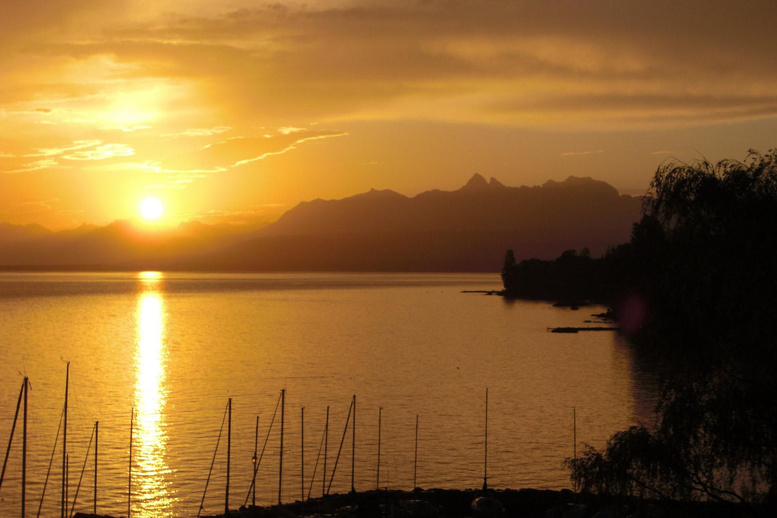 Le Lac Léman au lever de soleil.