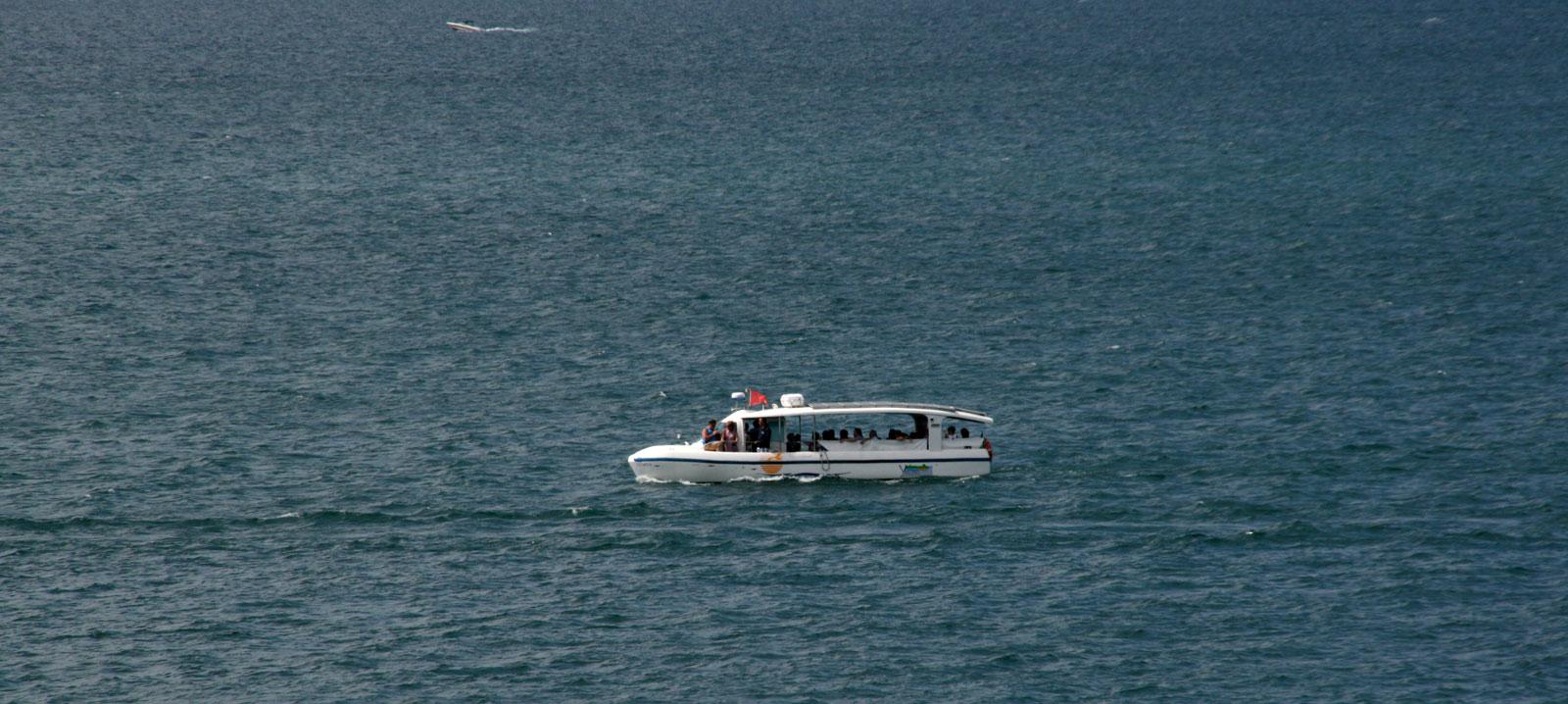Le bateau solaire sur le lac Léman entre Yvoire et Rovorée.