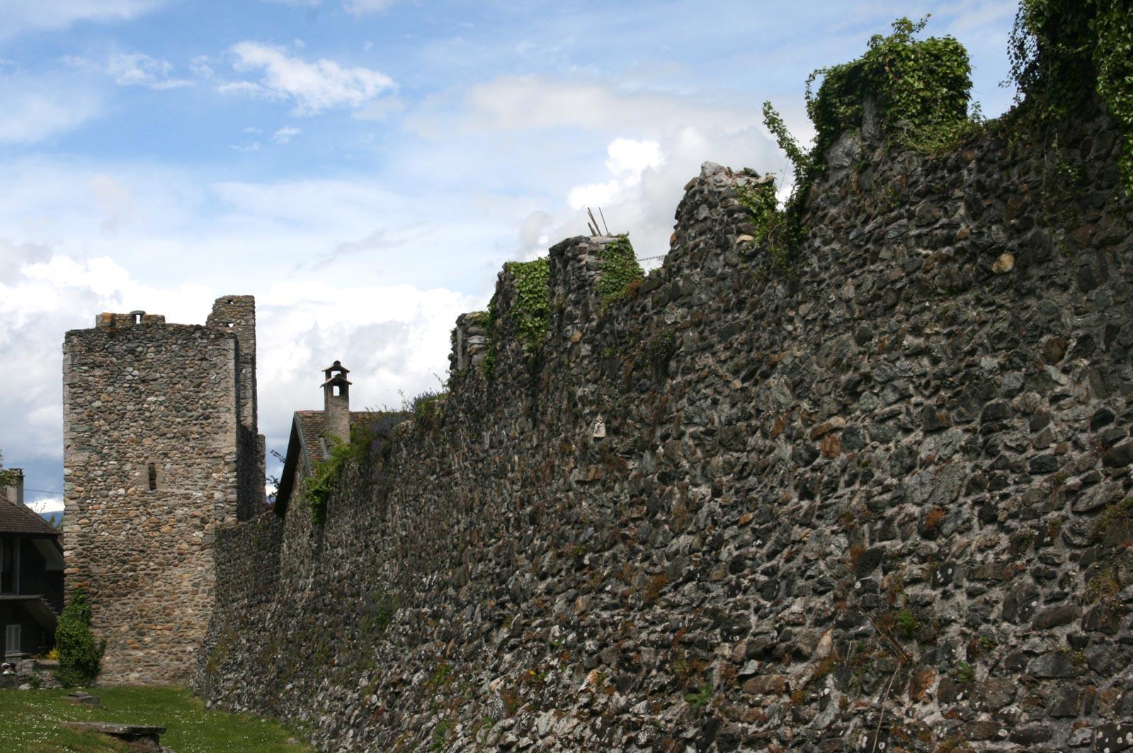 Yvoire : remparts et porte fortifiées.